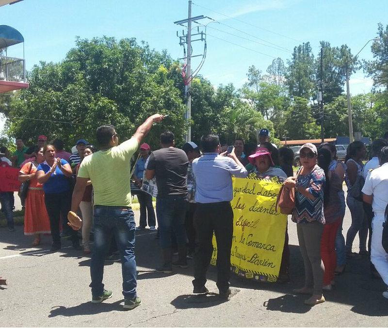 Docentes se enfrentaron a funcionarios de la polic a en for Funcionarios docentes en el exterior