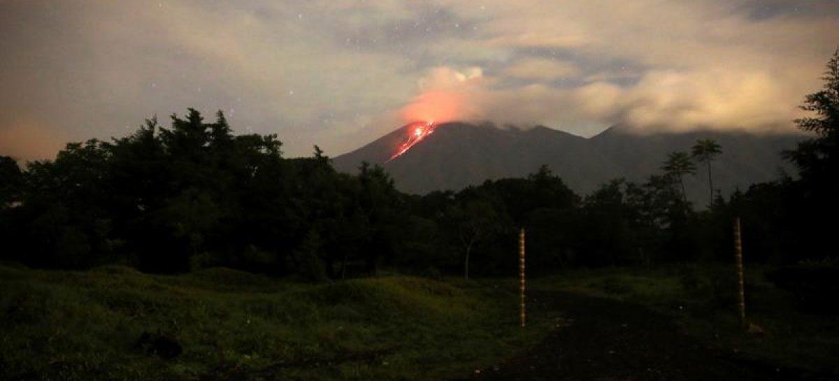 Volcán de Fuego en Guatemala emitió un río de lava