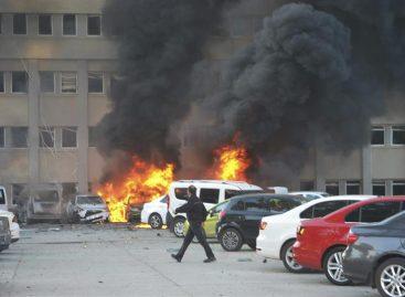 Dos muertos y 21 heridos tras explosión de coche bomba en Turquía