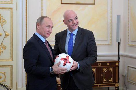 Infantino regaló a Putin un «Krasava», el balón de la Copa Confederaciones