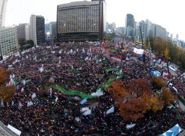Surcoreanos exigen la dimisión de su presidenta en una protesta masiva