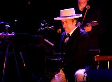 Bob Dylan recibió después de cuatro meses el Nobel de Literatura