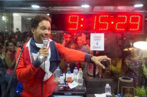 Dominicano Silver estableció récord Guinnes de mayor tiempo cantando