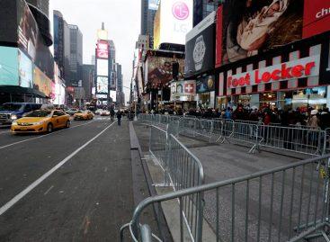 Miles de personas plasman sus deseos de Año Nuevo en Times Square