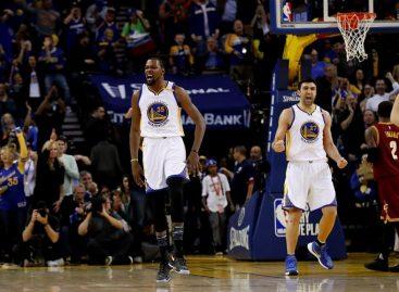 Los Warriors con su trío de lujo dieron una lección a los campeones