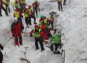 Italia espera salvar más vidas del hotel mientras investigan el desastre