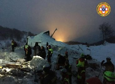 La búsqueda de los 23 desaparecidos del hotel italiano continúa en condiciones extremas
