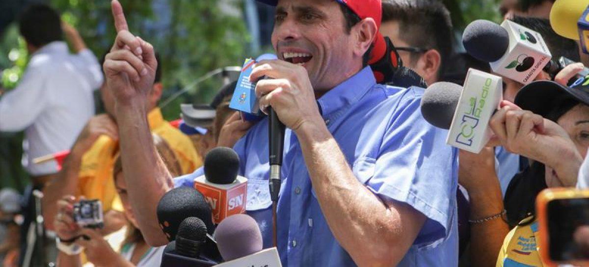 Capriles protesta en autopista caraqueña para pedir elecciones enVenezuela