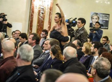 Militante de Femen con los pechos al aíre interrumpió un mitin de Le Pen