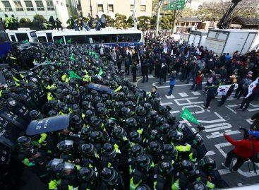 Al menos 2 personas murieron en protestas por la destitución de la presidenta surcoreana