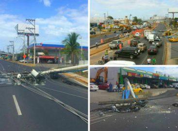 ¡APARATOSO! Una grúa derribó tres postes de tendido eléctrico en vía Tocumen