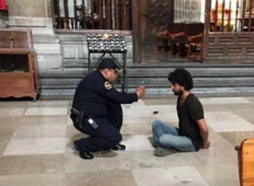 Apuñalaron a sacerdote en plena misa en Catedral de México