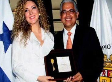 Entregan las llaves de la ciudad de Panamá a la compositora de «Despacito»