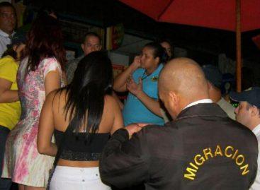 Condenan a pareja por hacer pasar como religiosas a bailarinas exóticas