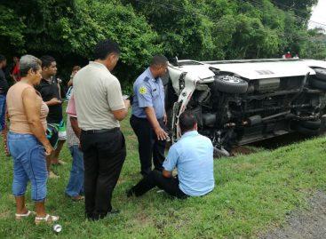 Vuelco de autobús en la ruta Chame-Panamá dejó 19 heridos