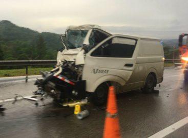 Choque de bus contra articulado causó un muerto en autopista Panamá-Colón