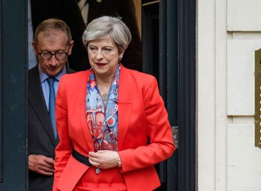 Theresa May descartó renunciar tras perder mayoría absoluta