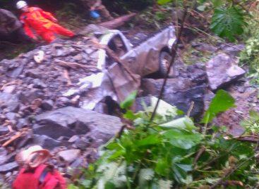 Mueren dos docentes en auto sepultado por alud de tierra en Nole Duima