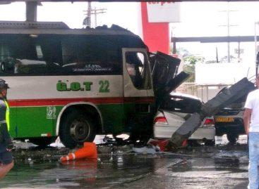 Bus choca contra estación de gasolina en Colón: Un muerto y varios heridos