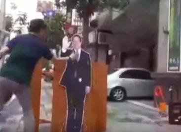 Taiwanenses quemaron bandera panameña y arrojaron huevos contra imagen de Varela
