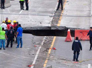 Dos personas fallecieron tras ser tragadas por un socavón en el centro de México