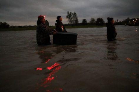 Alcalde de Houston impone toque de queda nocturno por inundaciones