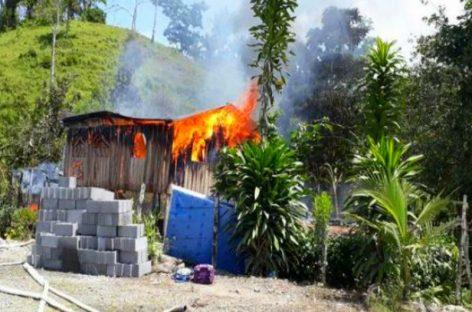 ¡Peligroso descuido! Señora cocinaba y causó incendio en tres casas en Bocas del Toro