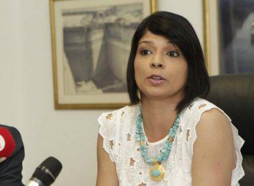 Directora del Antai amenaza con acciones legales luego de que revelaron sus viajes
