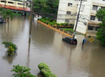 La capital inundada por lluvias y obstrucción de alcantarillados (Videos)