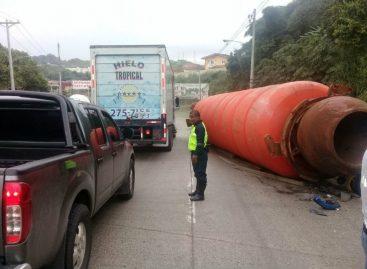Una boya que cayó sobre dos vehículos impidió tránsito en la vía Centenario