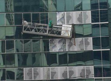Rescataron a obrero que se quedó atorado mientras limpiaba vidrios de edificio