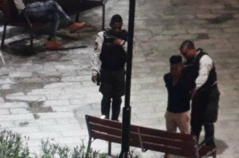 Captaron orinando a un hombre en la plaza 5 de mayo y lo obligaron a limpiar