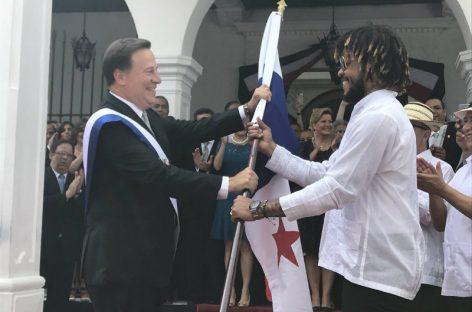 Fiestas Patrias: Román Torres recibió la bandera de Panamá