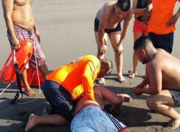 Rescatan a hombre que fue arrastrado por las olas en playa La Barqueta de Chiriquí