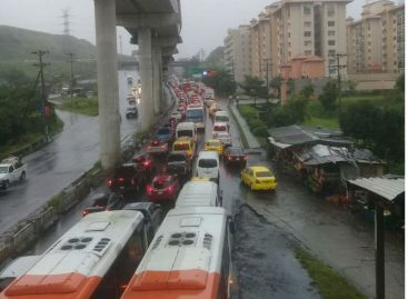Fuertes lluvias provocaron caos vehicular en zonas de la capital