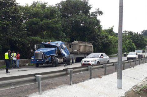 Dos camiones articulados colisionaron en la Vía Centenario