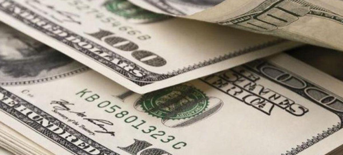 Autoridad de Aduanas retuvo 33 mil dólares a un español y un boliviano
