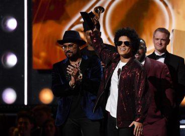 Bruno Mars hizo magia y arrasó con los seis Grammy a los que aspiraba