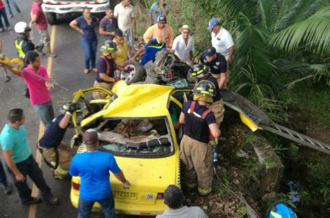 Aparatoso accidente: Camión aplastó un taxi en corregimiento de Santa Rita
