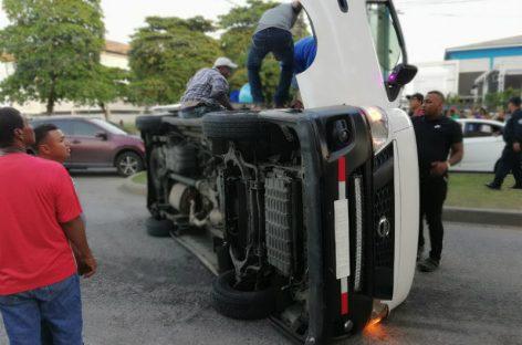 Ocho heridos por aparatosa colisión en Avenida México