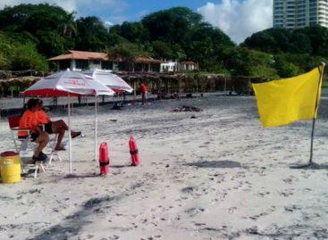 Rescatan a cuatro bañistas tras ser arrastrados por fuerte oleaje en Playa Corona