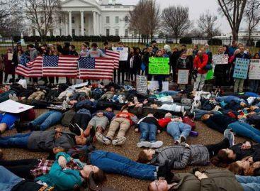Estudiantes se tumbaron ante la Casa Blanca para pedir control de armas