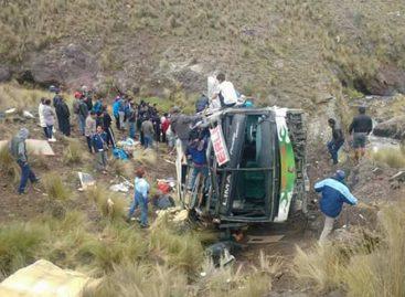 Siete muertos y 40 heridos por caída de un autobús en Perú