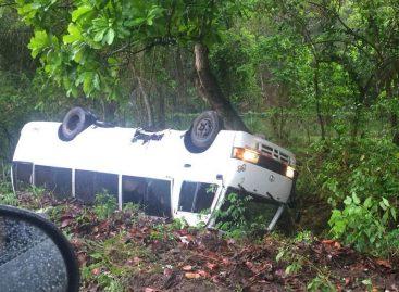 Cinco heridos de gravedad tras vuelco de bus que viajaba hacia la capital