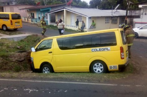 Bus colegial se salió de la vía y se encunetó en La Chorrera: 4 heridos