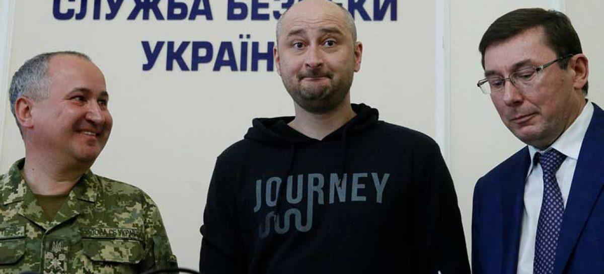 Periodista ruso reapareció en Kiev y denuncia plan para asesinarlo
