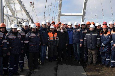 Putin inauguró puente de 19 kilómetros que une Crimea con Rusia continental