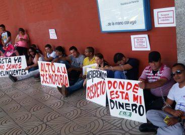 Extranjeros a quienes les cancelaron la residencia se encadenan frente a la Defensoría del Pueblo