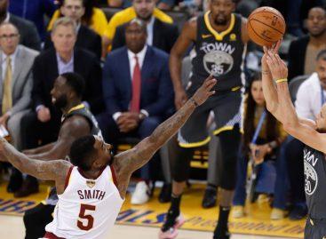 Curry con nueve triples lideró a Golden a su segunda victoria