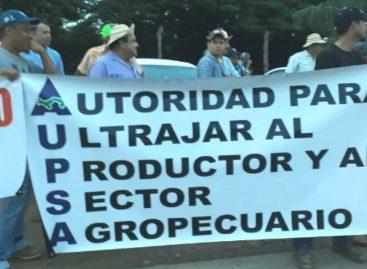 Productores protestan sobre el río La Villa contra aumento de las importaciones
